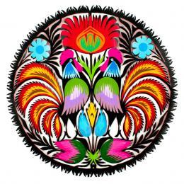 Okrągła wycinanka z wzorem kolorowych łowickich kogutów