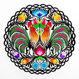 Piękna okrągła wycinanka z wzorem dwóch kolorowych kogutów - motyw łowicki