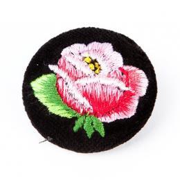 Haftowana broszka z różową różą