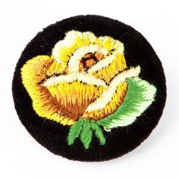 Haftowana broszka z żółtą różą