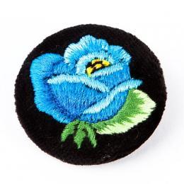 Haftowana broszka z niebieską różą