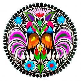 Okrągła wycinanka z wzorem kolorowych łowickich kogutów z fioletowymi ogonami
