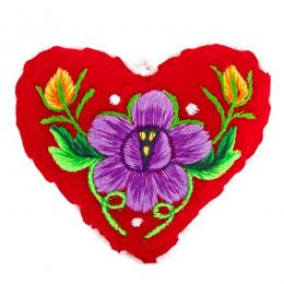 Serduszko na igły z haftowanym fioletowym kwiatkiem