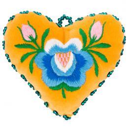 Żółte serduszko na igły z haftem łowickim - niebieska róża z pączkami