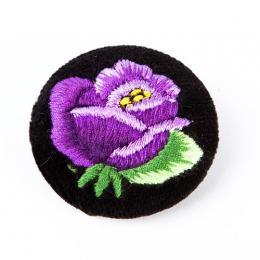 Haftowana broszka z fioletową różą