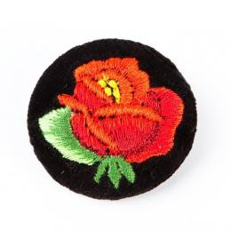 Haftowana broszka z czerwoną różą
