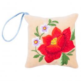 Mini poduszeczka na igły z haftem łowickim - kremowa z czerwoną różą